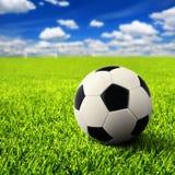 Fotboll på tomt fält arkivbild