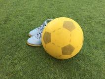 Fotboll, port och skor Arkivfoton