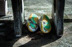 Fotboll skor gammalt brutet under stolen vaggar arkivfoton