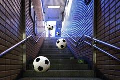 Fotboll som hoppar ner moment Fotografering för Bildbyråer