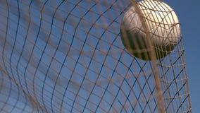 Fotboll som slår baksidan av det netto stock video
