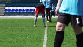 FOTBOLL: Start av en fotbollsmatch arkivfilmer