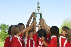 Fotboll Team Raising Trophy royaltyfri foto