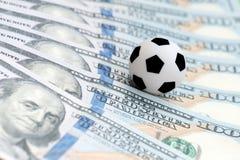 Fotbollboll över f-lott av dollar korruptionfotbolllek Slå vad och spela begrepp Woldkopp 2008 saturday för parc för des europeis Arkivbild