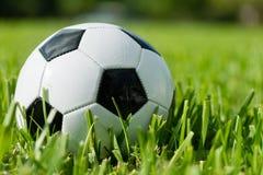 Fotbollboll Futbol på gräs Arkivbilder