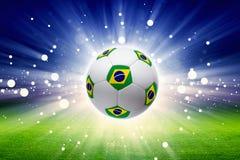 Fotbollboll med den Brasilien flaggan Arkivfoto