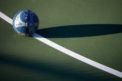 Fotbollboll på den gröna domstolen arkivfoto