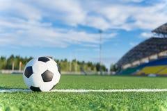Fotbollboll på den vita linjen Royaltyfri Fotografi