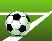 Fotbollboll på det gröna fältet Arkivbild