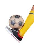 Fotbollboll på foten av en fotbollsspelare Isolerad vit arkivfoton