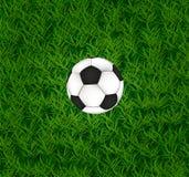 Fotbollboll på gräset. Arkivfoto