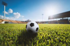 Fotbollboll på gräset i fotbollstadion Arkivbild