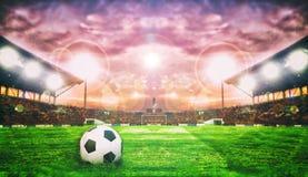 Fotbollboll på grönt fält av fotbollsarena för bakgrund Arkivfoto