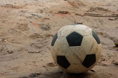 Fotbollboll på sand arkivfoton