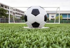 Fotbollboll på det gröna fältet Fotografering för Bildbyråer