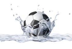Fotbollboll som faller in i klart vatten som bildar en kronafärgstänk. vektor illustrationer