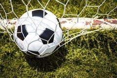 Fotbollbollar i målet Royaltyfri Fotografi