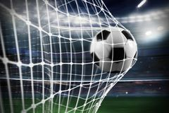 Fotbollbollen gör poäng ett mål på det netto arkivbild
