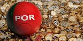 Fotbollbollen i den Portugal medborgaren färgar på guld- dollarmynt Fotografering för Bildbyråer