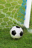 Fotbollbollen i mål förtjänar Royaltyfri Bild