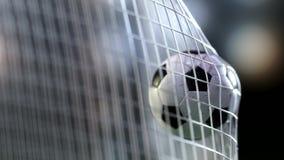 Fotbollbollen i mål förtjänar med slowmotion Slowmotion fotbollboll i det netto