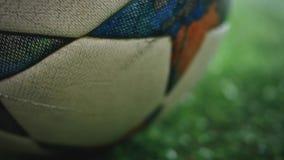 Fotbollbollen rullar i en dimma långsamt lager videofilmer