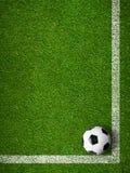 Fotbollbollen som inramas av den vita markeringen, fodrar bästa sikt Royaltyfri Fotografi