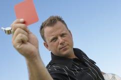 Fotbolldomare som tilldelar det röda kortet royaltyfria foton