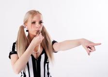 Fotbolldomare som visslar och pekar till sidan Royaltyfri Foto