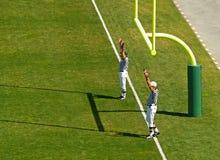 fotbolldomarelandningsögonblick Royaltyfri Fotografi