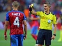 Fotbolldomaren, Daniele Orsato visar det gula kortet royaltyfria foton