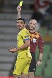 Fotbolldomaren, Marcin Borski visar det gula kortet Royaltyfria Foton