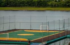 Fotbollfält eller fotbollfält som över svävar på av vatten i arkivfoto
