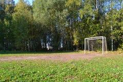 fotbollfält i parkerafotbollmålet fotografering för bildbyråer