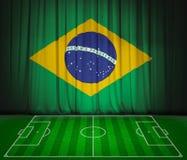 Fotbollfält med flaggan av Brasilien på den gröna gardinen royaltyfri illustrationer