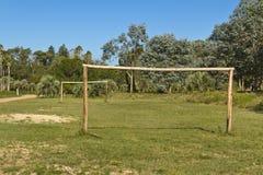 Fotbollfält med trämål amatory royaltyfri bild