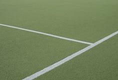 Fotbollfält och kors av vita linjer Arkivbild