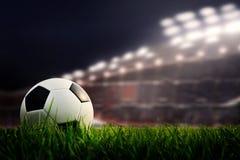 Fotbollfält och stadion med fans natten för matchen, s Fotografering för Bildbyråer