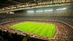 Fotbollfältet och åhörare på stadion Nou campar, Barcelona arkivfilmer