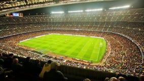 Fotbollfältet och åhörare på stadion Nou campar, Barcelona lager videofilmer