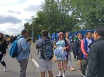Fotbollfans på FIFA 2018 i Moskva för öppningsleken nära Luzhniki stadion Arkivbild