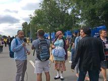 Fotbollfans på FIFA 2018 i Moskva för öppningsleken nära Luzhniki stadion Royaltyfri Fotografi