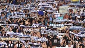 Fotbollfans som hurrar på stadion lager videofilmer