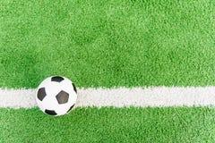 Fotbollflagga Boll på den vita linjen Royaltyfri Foto