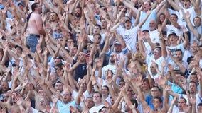 Fotbollfolkmassa eller fans lager videofilmer