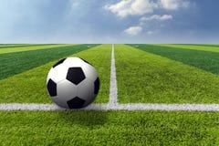 Fotbollfotboll på texturen för grönt gräs i fotbollfält royaltyfria bilder
