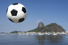 Fotbollfotbollboll Rio de Janeiro Sugarloaf Mountain Brazil Royaltyfria Bilder
