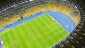 Fotbollfotbolllek på stadion, sportslig händelse, flyg- sikt stock video