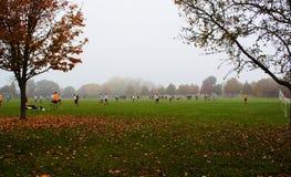 Fotbollfotbollsmatch i dimma Royaltyfri Foto