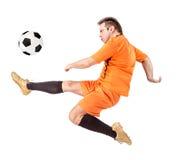 Fotbollfotbollsspelare som sparkar bollen Royaltyfri Fotografi